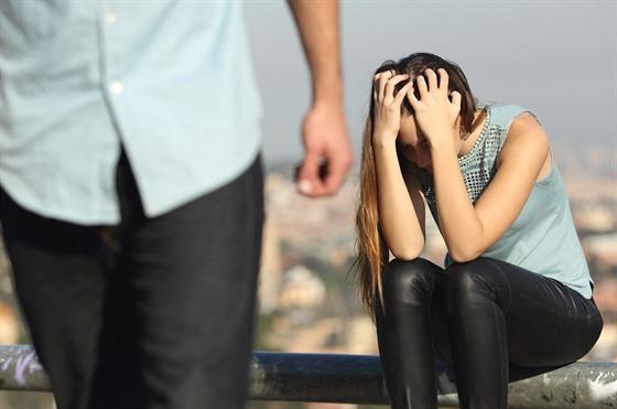 co dělat, když tvůj nejlepší přítel chodí s tvou bývalou přítelkyní randí se ženou, která se právě rozvedla