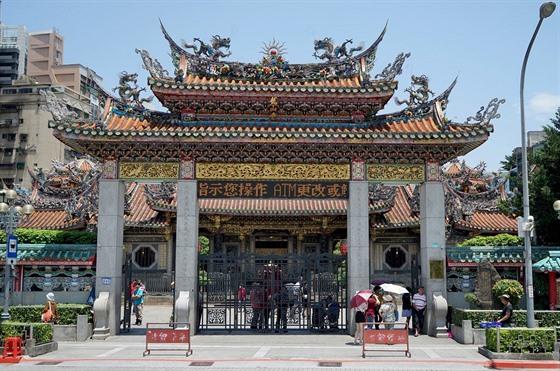 Dalším naším cílem je chrám Lungshan, který je situován poblíž stejnojmenné...