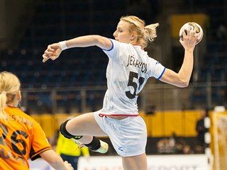 Česká házenkářka Markéta Jeřábková střílí v zápase s Nizozemskem.
