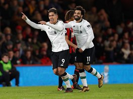 Roberto Firmino z Liverpoolu (vlevo) slaví s Mohamedem Salahem gól proti...