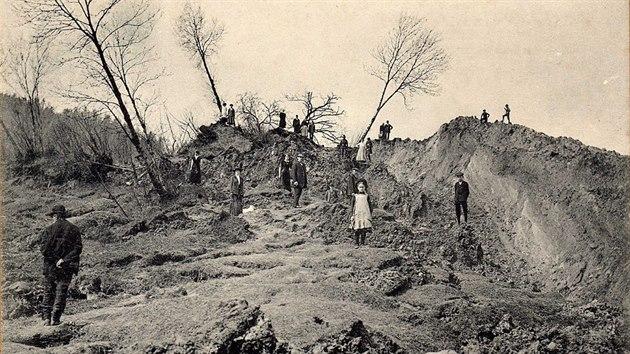 Snímky z roku 1914 přibližují obří sesuv, který tehdy ujel z vrchu Chmelík do...