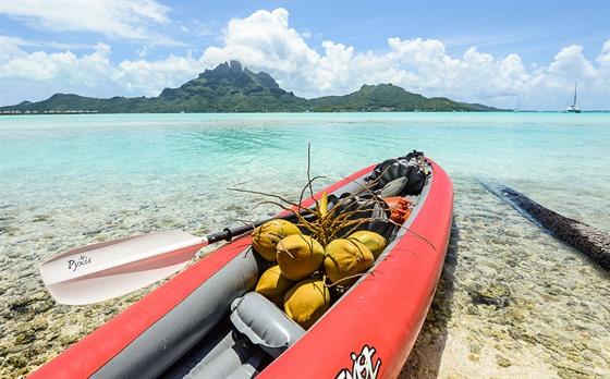 Když máte s sebou kajak, můžete si natrhat kokosy a dovézt je na loď!