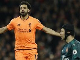 Mohamed Salah z Liverpoolu oslavuje svůj gól proti Arsenalu, v popředí...