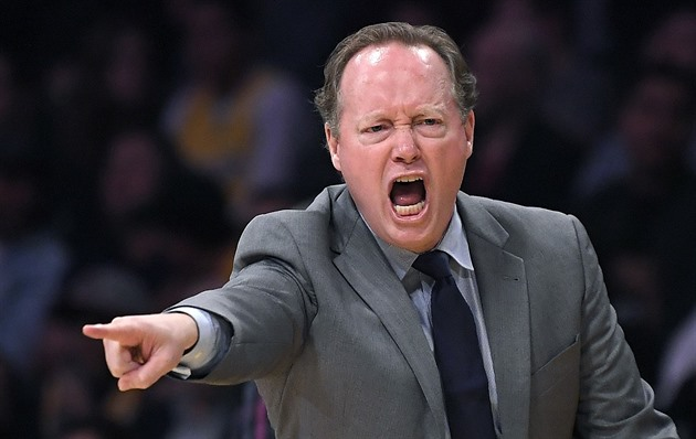 Mike Budenholzer usměrňuje basketbalïsty Atlanty.