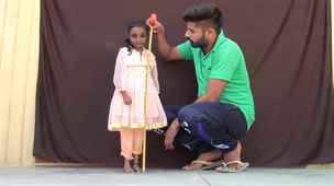 Plnoleté batole. Myší dívka z Indie měří necelý metr a ráda si hraje