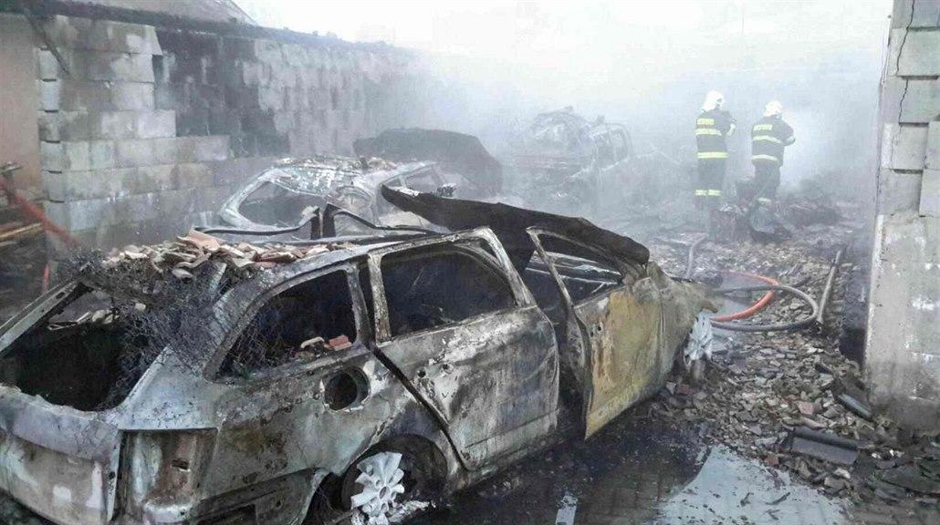 f7b484d8138 Jen ohořelé vraky. Škoda po požáru velké garáže přesahuje dva ...