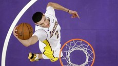 Lonzo Ball z LA Lakers smečuje proti Atlantě.