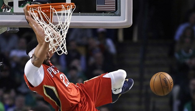 Anthony Davis z New Orleans smečuje v Bostonu.