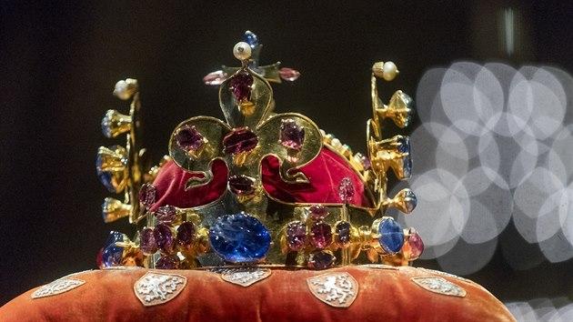 1381093bfeb Zeman a dalších šest klíčníků vyzvedli české korunovační klenoty