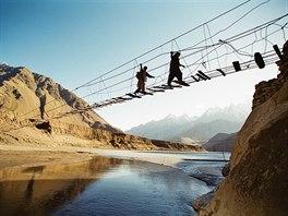 Dobrodružné výšlapy. Lanové mosty v pákistánských horách nejsou pro každého,...