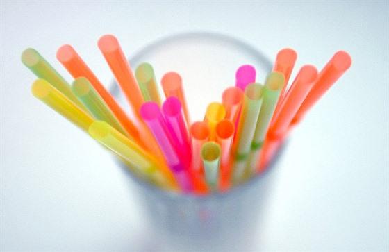 Najít plastovým brčkům stejně nákladnou alternativu bude obtížné. Ilustrační foto.