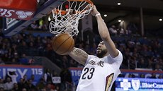 Anthony Davis z New Orleans smečuje do koše Oklahoma City.