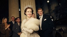 Claire Foyová a Matt Smith v seriálu The Crown (2016)