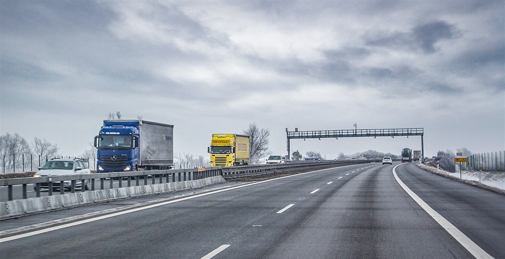 Nehoda kamionu blokovala D2 ve směru na Brno, z vozu se vysypal náklad