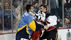 Matěj Machovský (vlevo) se popral s Masonem McDonaldem v zámořské ECHL 6674266f89