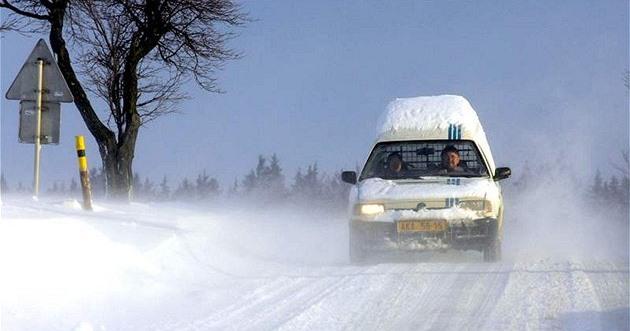 Smeťte si sníh z auta. Za čepici na kapotě hrozí dva tisíce korun