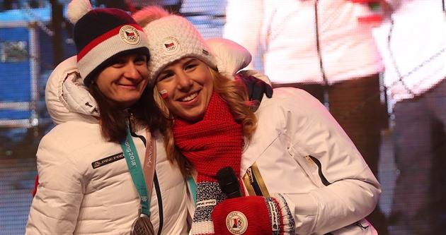 58e6571b8ec01 Dvojnásobná olympijská vítězka Ester Ledecká (vpravo) a stříbrná medailistka .