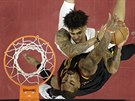 Kelly Oubre Jr. (nahoře) z Washingtonu se tlačí do J. R. Smithe z Clevelandu.