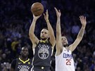Stephen Curry z Golden State střílí na koš LA Clippers, Austin Rivers přišel s...