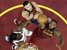 LeBron James (vpravo) a Larry Nance Jr. z Clevelandu a DeMarre Carroll z...
