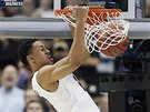 Zhaire Smith (2) z Texas Tech při smeči
