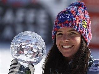 Lichtenštejnská lyžařka Tina Weiratherová s malým globem za celkové prvenství v...