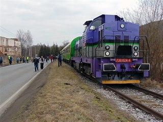 Lokomotiva 730.624-4 společnosti KDS v čele prvního vlaku s cestujícími, který...