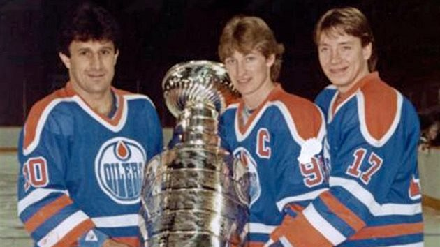 SE STANLEY CUPEM. Zleva Jaroslav Pouzar, Wayne Gretzky a Jari Kurri.