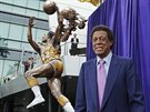 Elgin Baylor, hvězda Minneapolis Lakers a Los Angeles Lakers, pózuje u své...