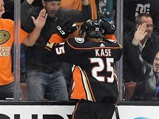 Ondřej Kaše z Anaheimu se raduje z gólu s fanoušky.