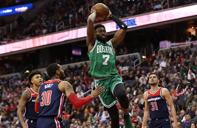 Jaylen Brown (7) z Bostonu letí ke koši Washingtonu mezi Kellym Oubrem Jr....