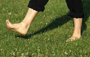 Chození naboso se hodí jen pro 15 procent lidí. Jste mezi nimi?