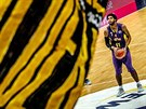 Glen Rice Jr. v dresu Hapoelu Cholon střílí trestný hod proti Oldenburgu.