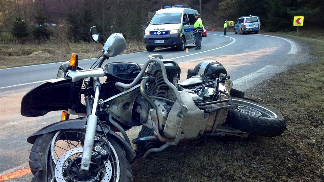 Motorkářka v serpentinách narazila do stromu, na místě podlehla zraněním