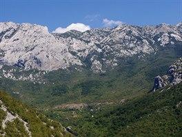 Hradba Velebitu nad osadou Ramiči s výstupovou trasou Lipa staza