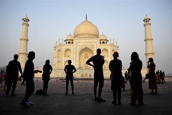 Hmyzí trus a znečištěný vzduch zabarvily původně bílou hrobku Tádž Mahal v...
