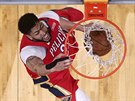 Anthony Davis z New Orleans smečuje proti Golden State.