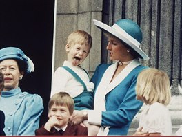 Princezna Diana, princ Harry a princ William na balkonu Buckinghamského paláce...