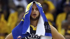 Stephen Curry z Golden State sleduje výsledek zápas u s New Orleans.