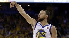 Stephen Curry z Golden State střílí na koš New Orleans.