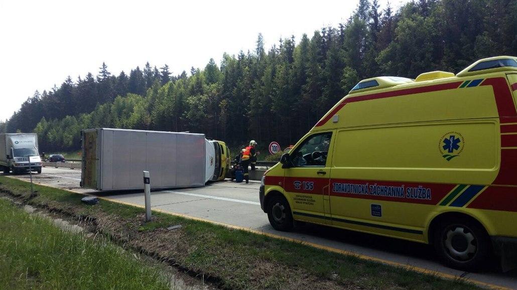 Dálnici D5 zablokovala nehoda. Srazily se dva kamiony a dvě auta