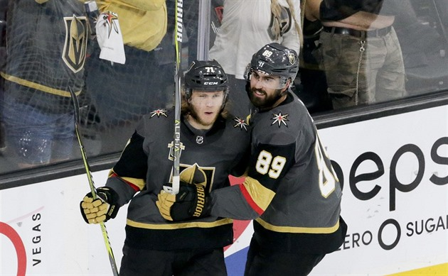 William Karlsson a Alex Tuch z týmu Vegas Golden Knights se radují z gólu.