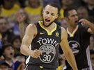 Stephen Curry z Golden State se raduje ze své trefy proti Houstonu.