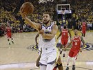 Stephen Curry z Golden State donáší míč do koše Houstonu.