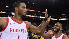 Trevor Ariza (vlevo) a Chris Paul z Houstonu oslavují výhru nad Golden State.