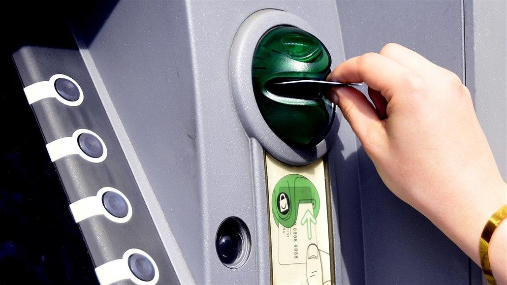 Chyby bankomatu využili i další lidé, jeden vybral 170 tisíc