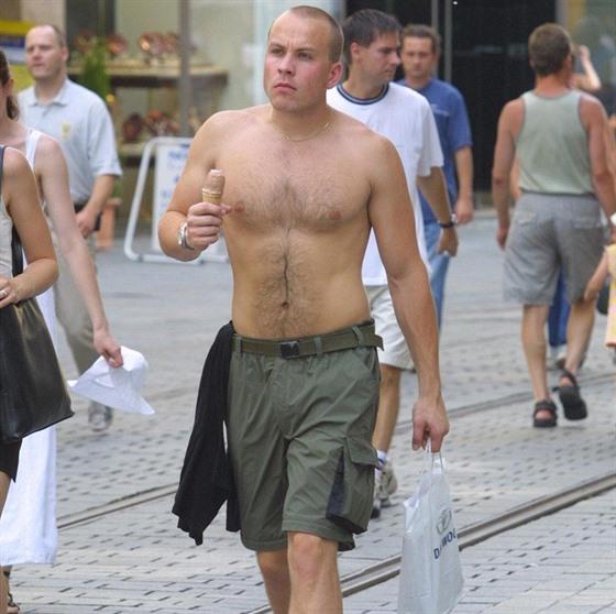 Chodit nahoře bez je specialita českých mužů. Mnohdy to ale není úplně  nejhezčí. bab47507f7