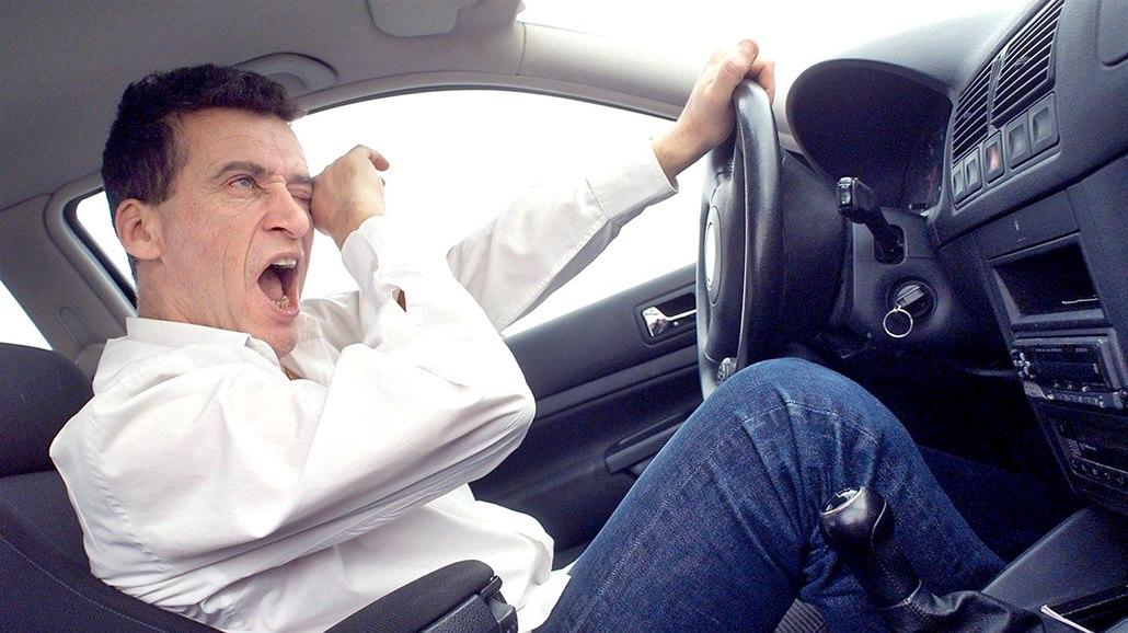 O hodinu kratší noc zvyšuje riziko. Únava působí na řidiče jako alkohol