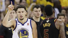 Klay Thompson (vlevo) z Golden State slaví, J. R. Smith z Clevelandu smutní.