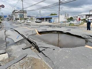 Zemětřesení o síle 6,1 na západě Japonska napáchalo materiální škody, zastaven...